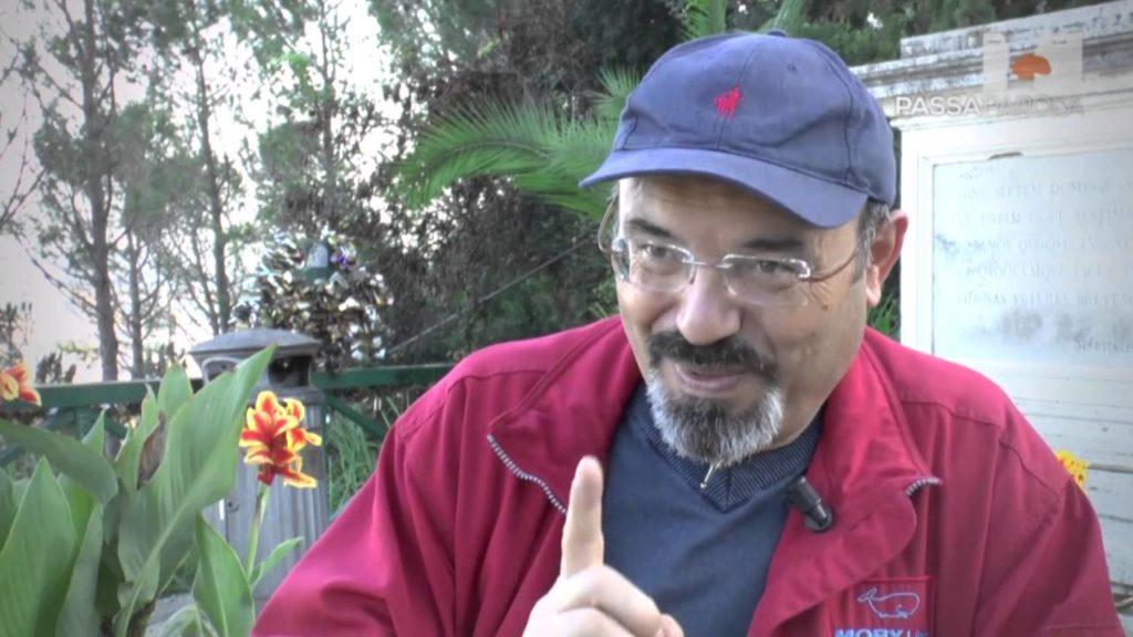 Pino Aprile col suo inseparabile cappellino mentre addita