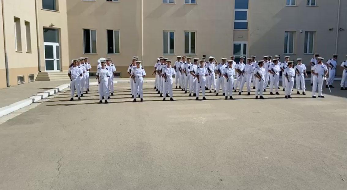 Sottufficiali della Marina Militare che ballano