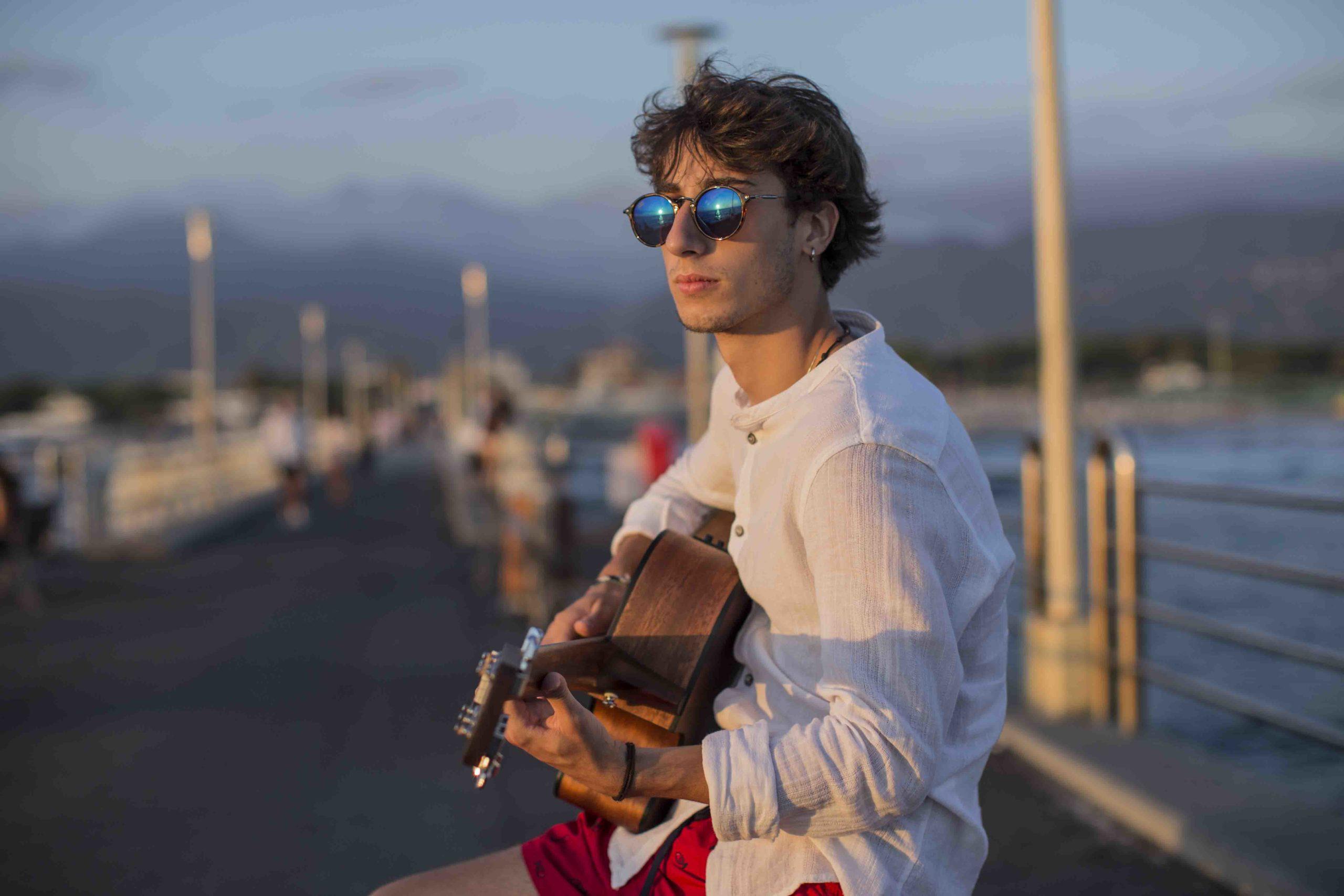 Leo Badiali con la sua chitarra, foto di Marco Francesconi