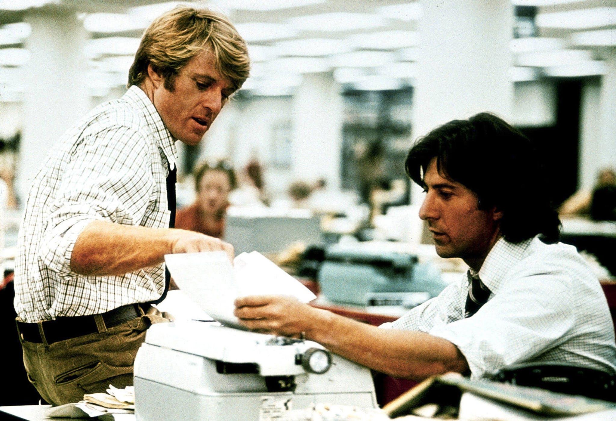 Robert Redford e Dustin Hoffman in una scena di Tutti gli uomini del presidente
