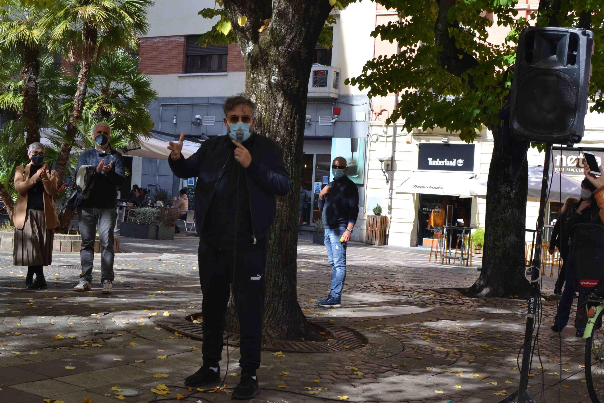 Dario Brunori in piazza a Cosenza