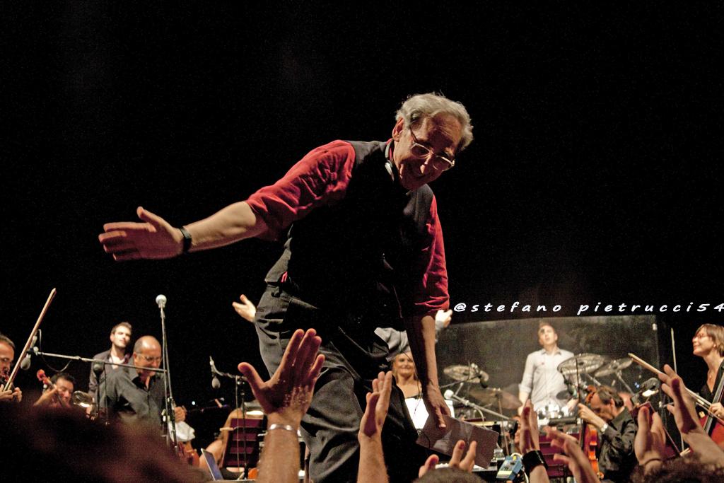 Franco Battiato in concerto con l'orchestra filarmonica Artuto Toscanini